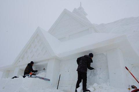 ATTRAKSJONER: Kinesiske arbeidere formet sist vinter ei stavkirke av snø. Nå er de klar for nye oppdrag i en kommende snøskulpturpark. Foto: Ingvar Skattebu