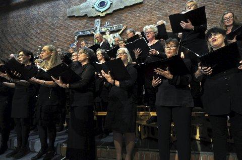 20-ÅRSFEIRING: Schola Sancti Petri er på miniturne med 20-årsprogrammet, og startet i Hunn kirke lørdag kveld.FOTO: Hans Olav Granheim