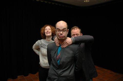 SKUMLE GREIER: Krimforfatter Hans Olav Lahlum får assistanse fra Sissel Morken Gullord og Johannes Skyberg når de 2. mai serverer fire mord til levende musikk.