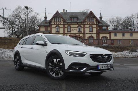 PARADEMODELLEN: Opels nye flaggskip Insignia Country Tourer er en bil som begeistrer og nytes. Men staten krever mye i avgift for at du skal få denne opplevelsen.FOTO: ØYVIN SØRAA