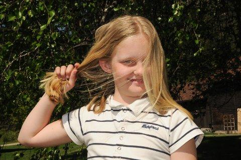 OMSORG: Elinor Hougsrud ga bort det lange, flotte håret sitt. – Jeg vet jo at mitt vil vokse seg lenger igjen, så det er fint å kunne være andre til nytte, sier tiåringen. Foto: Ingvar Skattebu