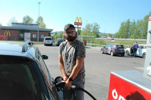 FØLGER MED, MEN: Bjørn Håkon Andersen følger med på drivstoffprisene, men er ikke veldig opptatt av prisnivået. - Drivstoff må han jo ha uansett, sier han.