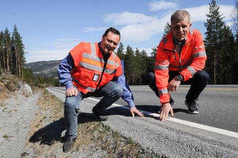 Cato Løkken og Asbjørn Stensrud er meget fornøyd med resultatet av «godt nok»-metoden på deler fylkesveg 51.