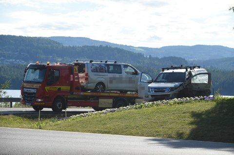 Litt over klokka 08 var bilene fjernet, men det fortsatt gjensto oppryddingsarbeider i veien. Foto: Henning Guldbrandsen