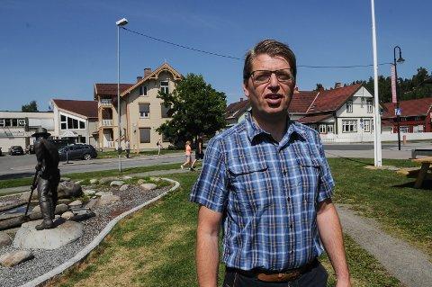 STENGER FOR UTVIKLINGEN: Ola Tore Dokken sier at det båndlagte stasjonsområdet i Dokka stenger for videre utvikling av sentrum.
