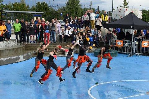 OMVENDT REGNDANS: Sudesh Adhana, Sanna Erikson Ryg, Ingrid Sørensen, Sarjo Sankarah og Kristine Nypan danset solen frem under åpningen av den nye skateparken.