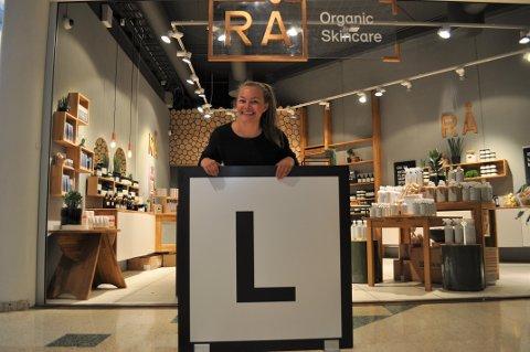 L FOR LOKAL-APP: L-skiltet utenfor lokalene til Rå Organic Skincare signaliserer at de er med på Lokal-appen. Innehaver Amanda Næss har store forhåpninger til appen.