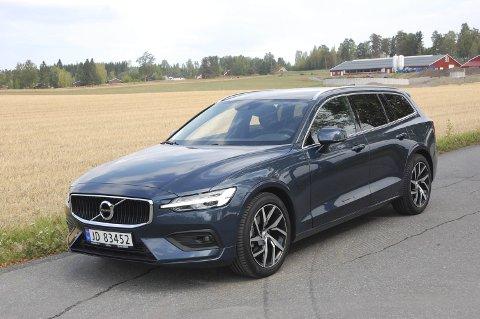 DETTE MÅ DA VÆRE EN V90? Neida, det er nye V60 – også den lang og slank, i den samme typiske nye Volvo-posituren.FOTO: ØYVIN SØRAA