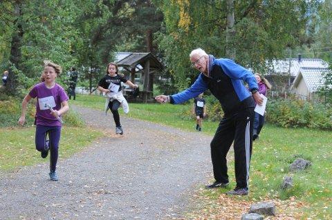 HEIET FRAM ELEVENE: Bjørn Bjørneng heier fram to av elevene som deltok på Museumsstafetten tirsdag, få dager etter at han ble operert for hjerteinfarkt. Foto: Tommy Gullord
