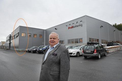 DIREKTØRKONTORET: – Kontoret på hjørnet ligger i Gjøvik. Resten av Profillakkerings sine lokaler befinner deg i Gjøvik. Dette er et eksempel på hvordan kommunegrensa skaper et kunstig skille inne i Industriparken, sier direktør John Einar Jørgensen.