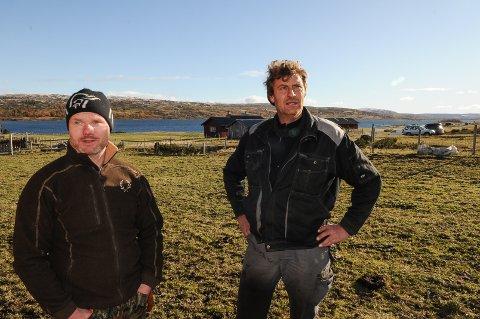 Rune Hålien og Ola Bakke ønsker ikke en 26 meter høy metallmast som nærmeste nabo på stølene sine ved Syndin. Foto: Ingvar Skattebu