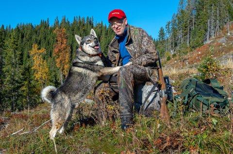 Kompiser: - Det er det gode samspillet med hunden, losen og naturopplevelsen teller under elgjakta, sier Ola Tore Dokken, her sammen med Boss.