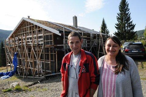 Inger Elise Berge og Sverre Erlandsen er dypt takknemlinge for all hjelp de har fått for å ferdigstille husprosjektet sitt. Foto: Ingvar Skattebu