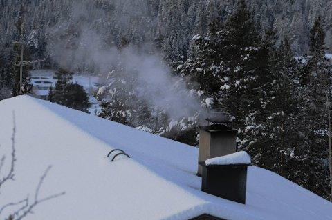 KALDE DAGER: Det kan være lurt å fyre opp i peisen nå som vi kan forvente oss 20 minusgrader flere steder i Oppland.
