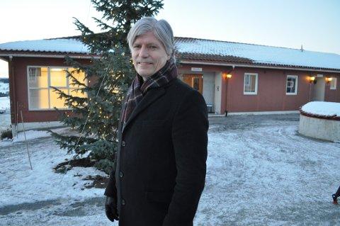 PÅ HISTORISK GRUNN: Klima- og miljøminister Ola Elvestuen er opprinnelig fra Eina og har vært mye på Granavollen. Regjeringsforhandlingene foregår i huset bak ham. FOTO: TERJE NILSEN