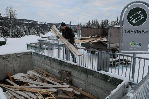 SLIPPER Å BETALE: Kjell Strand betaler renovasjonsavgift i Valdres, og kan dermed kaste trevirke og annet sortert avfall uten å betale på miljøstasjonen. Foto: Ingvar Skattebu