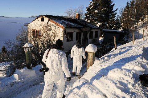 FINNER IKKE ÅRSAKEN: Politiets teknikere har ikke funnet årsaken til at et hus brant i Ulnes i Valdres 12. desember. En 86 år gammel mann omkom i brannen. Foto: Ingvar Skattebu