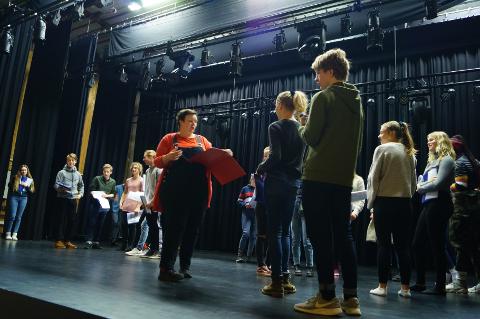 ØVER: Elevene har fem dager på seg til å lære replikker, sang og dans.