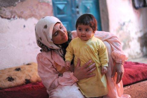 STØTTE: TV-aksjonsmidlene går til CAREs arbeid i ni land og vil ha fokus på å gi kvinner opplæring i å starte egen bedrift, få egen inntekt, mulighet til å spare og låne penger, rett til å bestemme over egen kropp, og til å delta og bli hørt i politikken og i lokalsamfunnet. Her er Rahab med hennes yngste barn Mohtasim, hjemme i Amman.