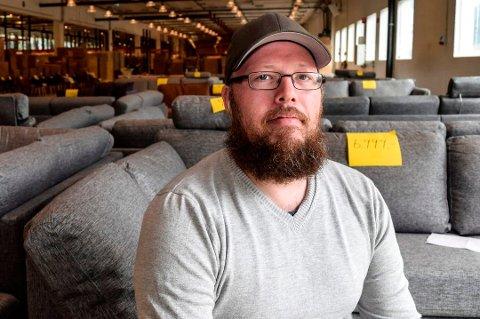 GODT SALG: Øyvind Granum opplyser at møbelutsalget har gått overraskende bra og gleder seg til å få tømt lokalene i Hov.