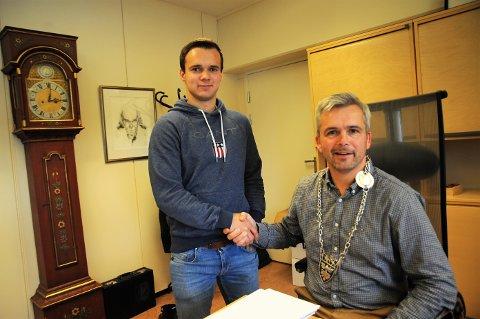 Bror Helgestad ønsker sønnen Trond og FK Toten lykke til med opprykkskampen mot Trysil.