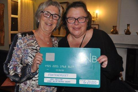 SJEKK: Torsdag sist uke mottok daglig leder Kirsti Østhagen og kollega Wenche Gullberg en sjekk på 20.000 kroner på vegne av Fontenehuset.