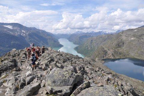 Det onsdag ettermiddag et islag på Besseggen som gjør det farlig å ta seg fram med fjellsko. Det sterk vind i området.