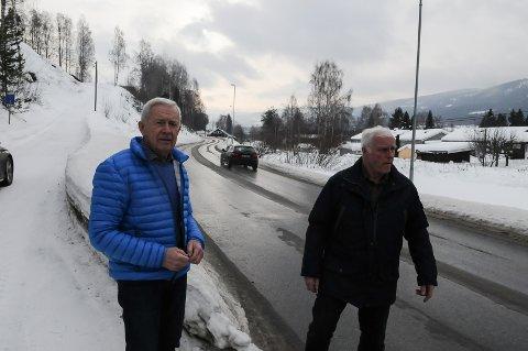 FARLIG: Wiggo Sømoen og Tom M. Lund synes det er på høg tid at kommunen bygger en trygg gang- og sykkelveg fra Bergfossenteret og bort til fylkesveg 33.