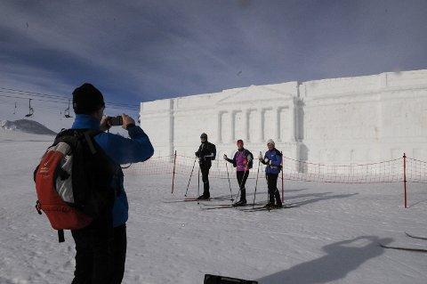 UTSATTE ATTRAKSJONER: Slottet i snø var en stor attraksjon sist vinter. Men det fikk hard medfart av stadige mildvær.