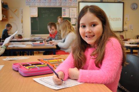 SKRIVER TIL BREVVENN: Mirjana Stankovic (6) skriver et langt brev til en brevvenn i klasserommet ved siden av.
