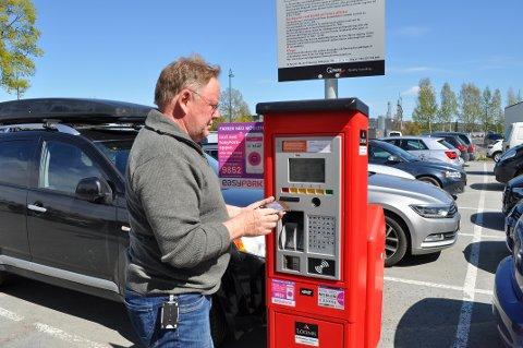 OVERPRIS: Da kortløsningen på Q-park automaten ikke virket, prøvde Terje Snuggerud å betale minstesatsen på 14 kroner med en 20-kroning i stedet. Da måtte han godta seks kroner i overpris for å få betalt.