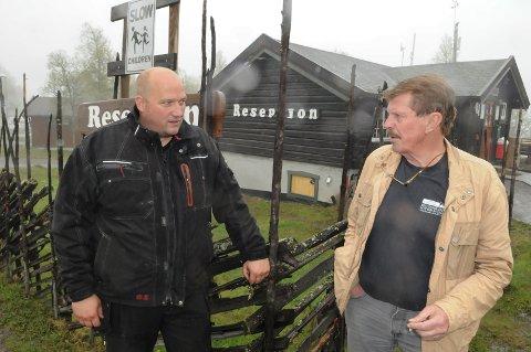 SELGER: Håvar Dale og Nils Dale ved Beitostølen Camping er enige om at tiden er inne for å selge.