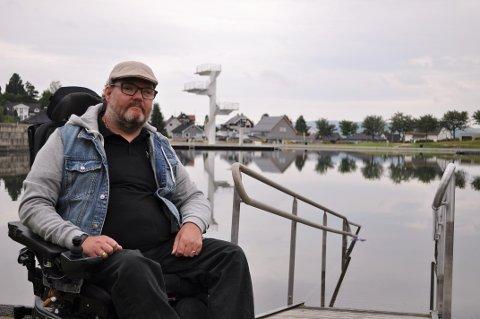 DÅRLIG RAMPE: Remi Johansen mener rullestolrampen på Fastland er for dårlig. - Den her hadde de nok liggende rundt et eller annet sted, sier han.