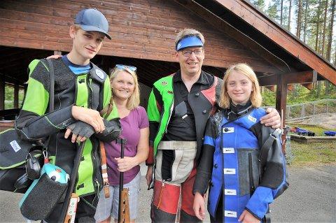 Hans Kristian og Anne Birgitte på hver sin side går i mamma Marit Røste Lundon og pappa Ola Tore Dokkens fotspor på skytebanen. Nå sliter foreldrene med å være best i bilen på vei hjem fra skytestevner.