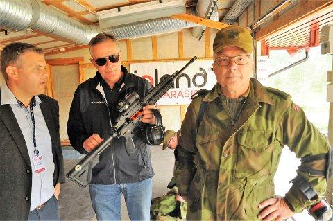 Ove Johansen (t.h) viste fram våpenet sitt til justisminister Jøran Kallmyr og president Bernt Brovold.