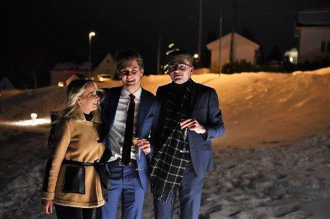 FESTSTEMT GJENG: Annea Galgerud, Marius Torkehagen og Stian Berg Jordet møtte opp på Fastland med mengder av fyrverkeri.