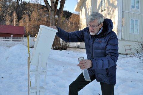 MÅLER NEDBØR OG SNØDYBDER:  Magne Gullord betjener Meteorologisk Institutts målestasjon på Biri, som ligger i hagen hans på Kårstad gård.
