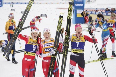 Therese Johaug (i midten) og Ingvild Flugstad Østberg (til venstre) sikret dobbelt norsk på 15-kilometeren med skibytte lørdag. Terese Stadlober ble nummer tre.