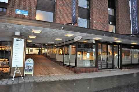 TOMT I OVER TO ÅR: Hjørnelokalet i Storgata 10 har stått tomt i over to år etter at damebutikken Josefine flyttet ut høsten 2017.