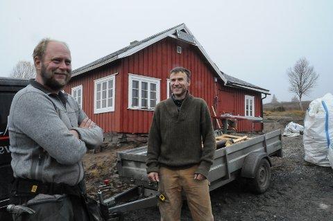 BEVARINGSVERDIG: Håvard Åbol  og Gjermund Larsen foran jakthytta som de restaurerer på Etnestølen i Øystre Slidre-fjellet.