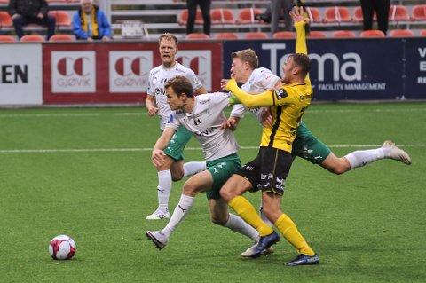 Steinar Strømnes komemr seg så vidt foran Håkon Leine på en god Raufoss-sjanse rett før pause.