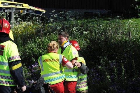HJELPES: Bjørn Olav Lønstad hjelpes inn i ambulansen etter påkjørselen på Eina i 2010.