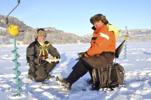 IVRIGE PILKERE: Erland Hauklien er en ivrig storfisker som hver vinter er ute på Mjøsa. Han advarer mot usikker is på Mjøsa julen 2020. Her er han sammen med fiskekompis Trien Duong.