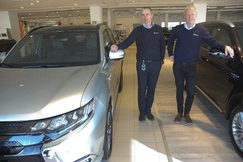 POPULÆR LEASINGBIL: Mitsubishi Outlander PHEV har meget høy leasingandel. Det har å gjøre med avgiftsforholdene for plug-in-hybrider, forklarer Øyvind Elnæs (t.v.) og Morten Weme i Sulland-Gruppen.FOTO: ØYVIN SØRAA