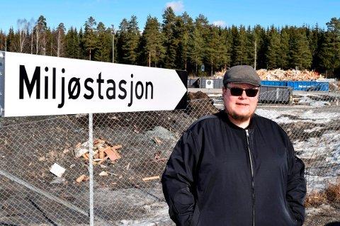MILJØSTASJON: Formannskapsmedlem Tor Gaute Lien (Frp) i Østre Toten mener husholdningsavfall som ikke  hentes hos abonnenten må kunne leveres gratis til miljøstasjon.