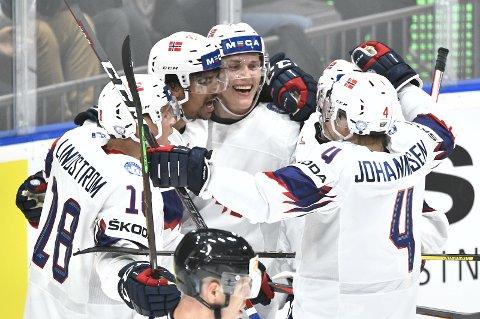 Christian Bull (i midten) jubler sammen med lagkameratene i en kamp i fjorårets VM. I april møter Norge stormaktene Finland og Sverige i Fjellhallen.