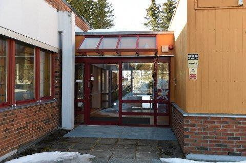 Her er inngangen på poliklinikken. Døra vil være låst og pasienter må ha henvisning fra fastlegen.