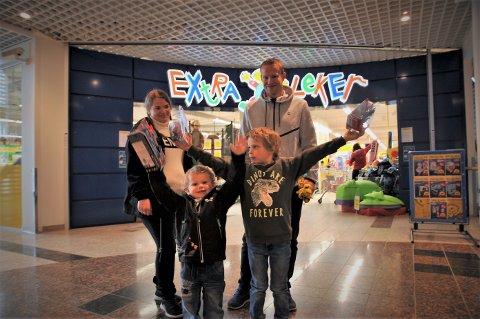 ENDELIG: Lisbeth Grøndvold og Robert Engen feiret friheten fra å være isolert med koronasmitte med å ta med barna Linus og Lukas på handletur til Gjøvik.