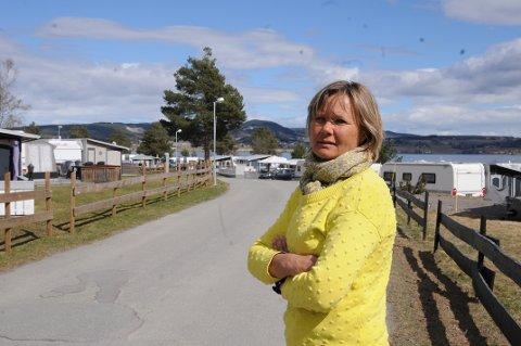 Mette Lunde Sveen på Sveastranda camping er oppgitt over å måtte sende gjester videre til nabokommunene.
