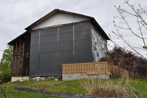URØRT: Et ubebodd hus i et boligstrøk på Kråkjordet har stått delvis innpakket i plast siden 2006.